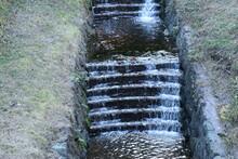 階段状の水路を流れる...