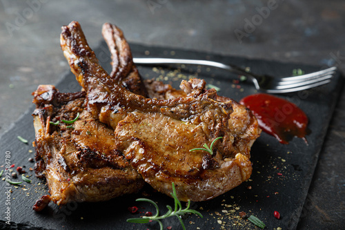 Fotografia Fried pork steak with spicy sauce and herbs