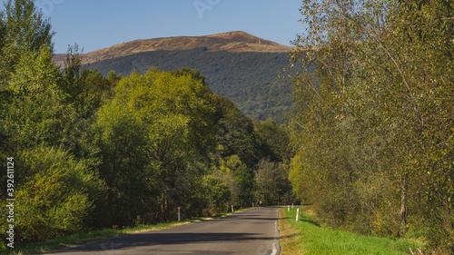 Fototapeta Droga w Bieszczadach z widokiem na Połoninę Caryńską  obraz