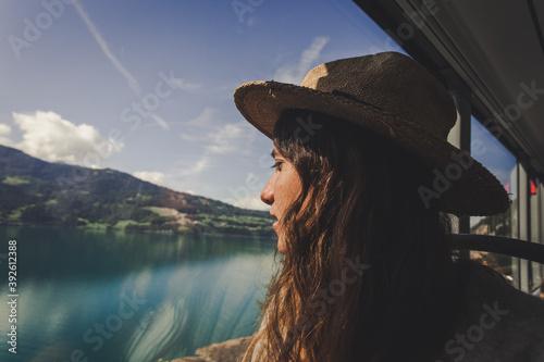 Papel de parede mujer mirando por la ventana - viaje