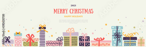 Foto Christmas and New Year 2021 horizontal banner, border with colorful pastel ornate gift boxes and snow confetti on white background