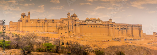 A view across Maotha lake towards the fort above the town in Jaipur, Rajasthan, Fotobehang