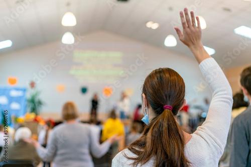 People praying in a church Fototapete
