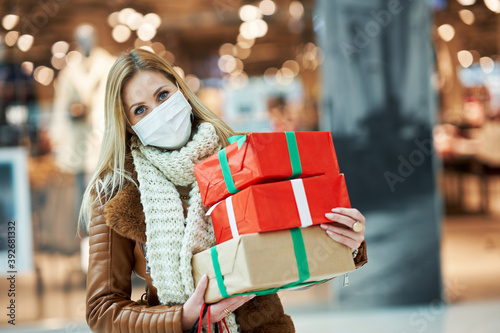 Portrait of adult woman shopping in mall wearing a mask, coronavirus concept Billede på lærred
