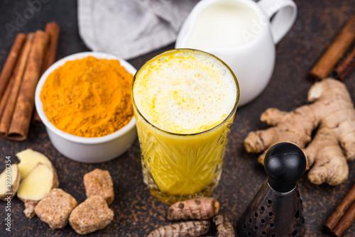 Carta da parati Turmeric golden milk with spices