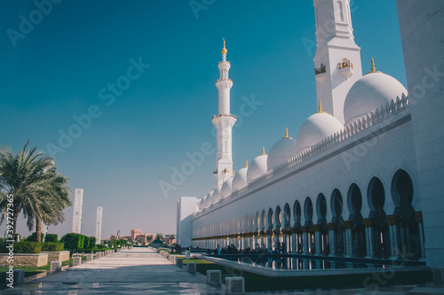 Foto Famous sheik Zayed mosque in Abu Dhabi, outside view of the biggest mosque in the world on a sunny day