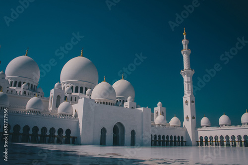 Famous sheik Zayed mosque in Abu Dhabi, inside view of the biggest mosque in the world on a sunny day Fotobehang