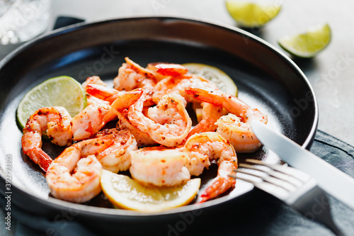 Papel de parede Fried tiger shrimp with lime, lemon and spices on a ceramic dish