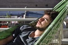 Chico Joven Durmiendo La Siest...