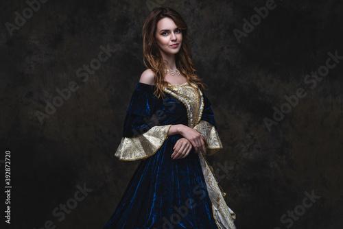 Fotografia Beautiful woman in renaissance dress on abstract dark background