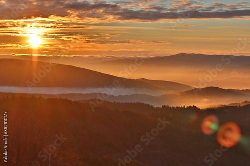 Wschód słońca na Mogielicy w Beskidzie Wyspowym, polskie góry