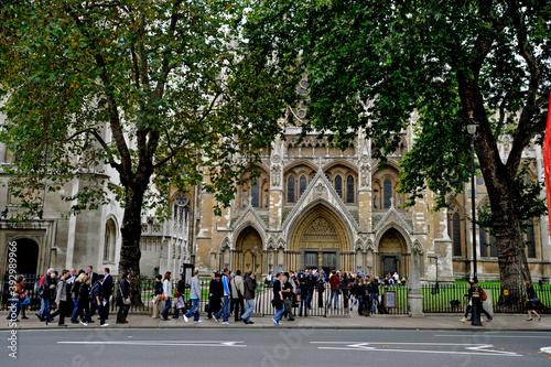Pessoas na entrada da Abadia de Westminster Wallpaper Mural