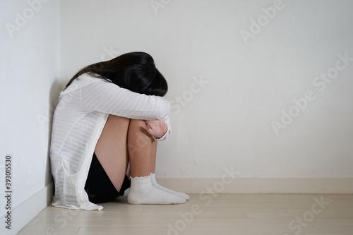 Obraz na plátně リビングでふさぎ込む日本人女子中学生