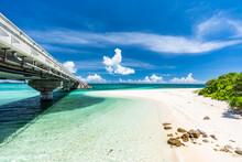 沖縄県・宮古島・伊良部大橋の下にあるビーチ