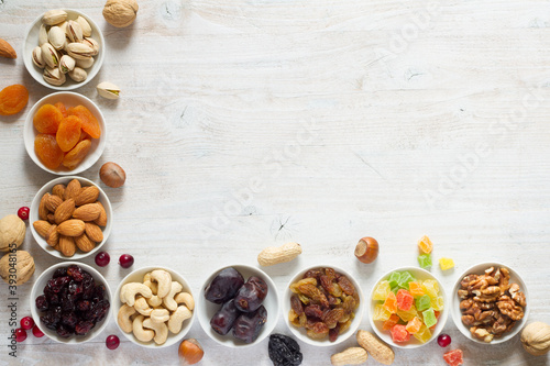 Fotografia Mix of nuts and dried fruits in small bowls