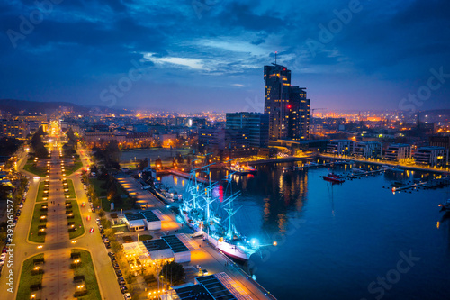 Foto Amazing scenery of Kosciuszko Square in Gdynia by the Baltic Sea at dusk