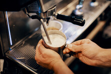 Barista Faisant Du Café