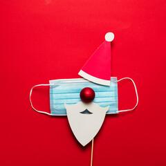 Obraz na Szkle Siatkówka Festive christmas Santa Claus face made from face mask and decorations