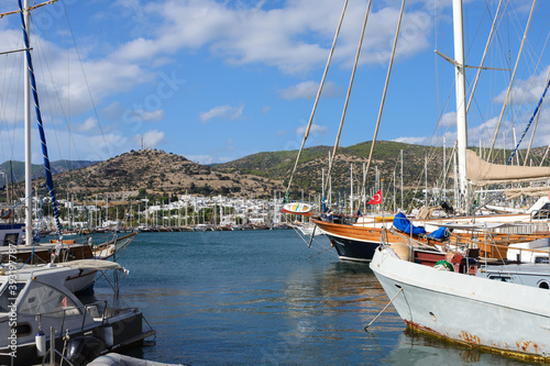 Carta da parati Yachts in the port and embankment of the Turkish city of Bodrum on a bright sunny day