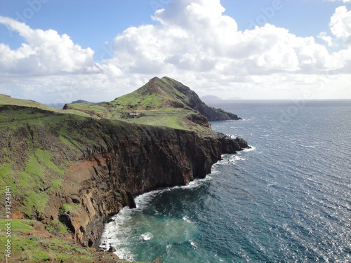 Fotografía Beautiful shot of the rocky seashore with cliffs in Madeira, Portugal