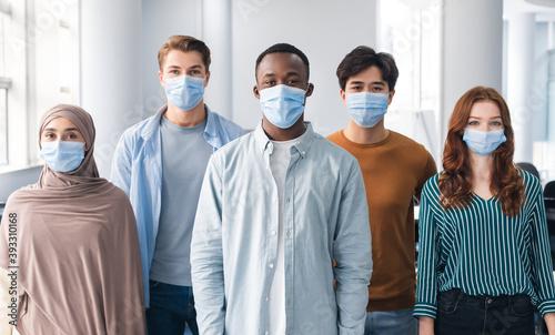 Fotografía Diverse group of international people wearing face masks