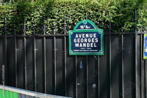 Papel de parede Paris; France - march 31 2019 : avenue Georges Mandel