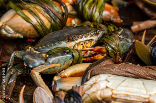 fresh crab and seafood in the market of Hoi An in Vietnam Fotobehang