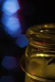 Butelka makro woda krople kolorowe