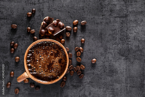 Foto Freshly brewed espresso on a black stone table cup
