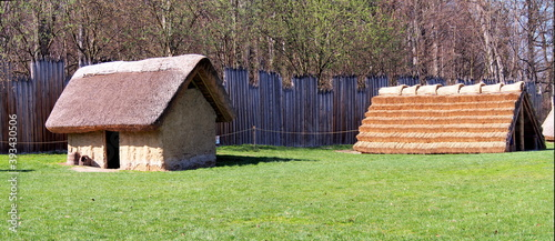 Fotografia exterior of the archeopark, log construction with straw roofing, ancient Celtic