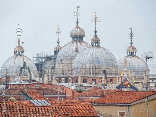 Fotografiet The five domes of St Mark's Basilica (Basilica di San Marco) above the roofs - V