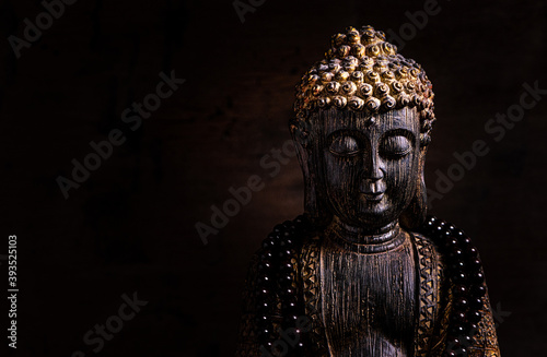 Foto Close up of a statue of Buddha with singing bowl and prayer beads (mala) for cha