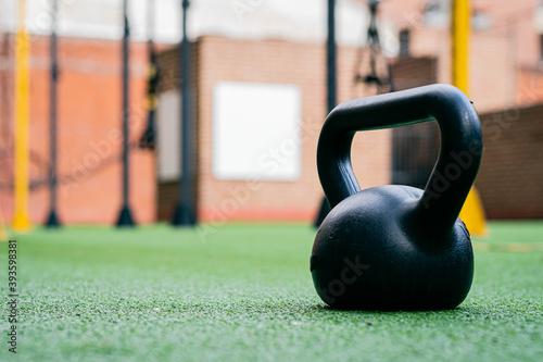 Foto pesa o mancuerna rusa de hierro y plástico en gimnasio fitness deporte físico so