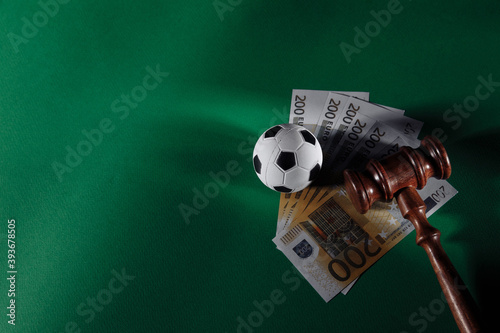 Photo Soccer ball and judge gavel on green background