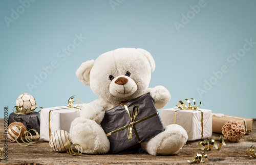Fotografía White or light brown adorable teddy bear with christmas decorations and gifts