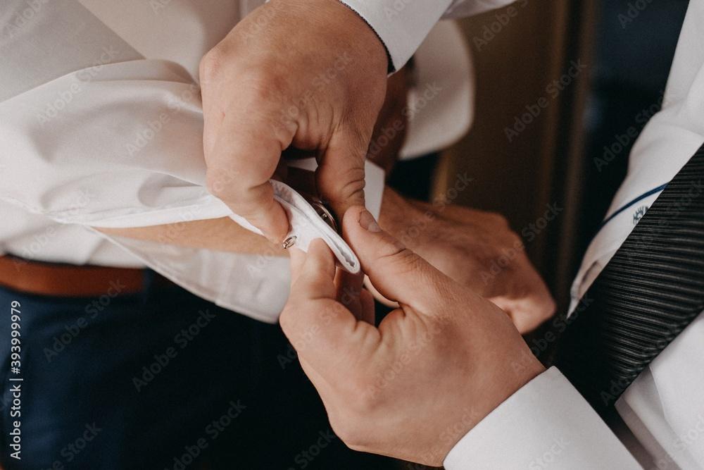 Fototapeta Pan Młody przygotowania do ślubu, ubieranie się