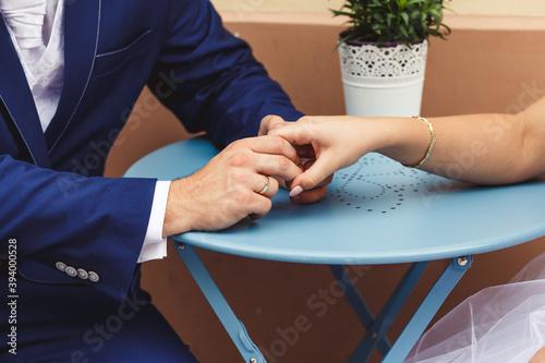 Fototapeta Uścisk pary zakochanych narzeczonych lub małżonków obraz