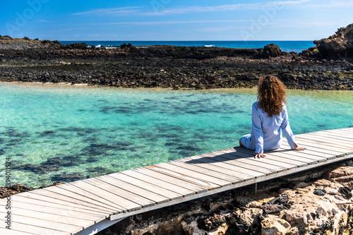 Fototapeta Dziewczyna na egzotycznych wakacjach na rajskiej wyspie kanaryjskiej  obraz