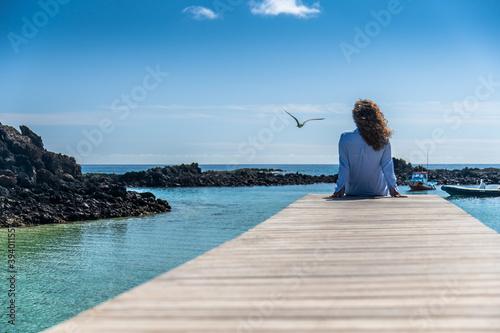 Fototapeta Piękna dziewczyna na egzotycznych wakacjach na rajskiej wyspie obraz