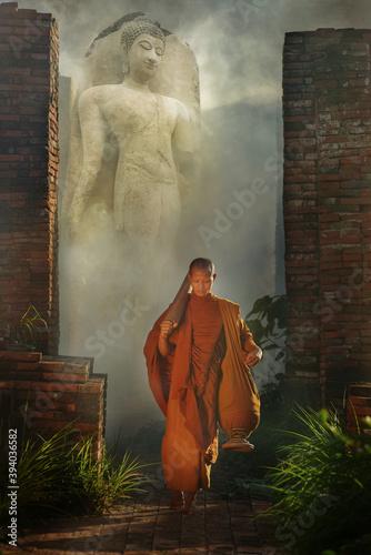 Fotografia Buddhist monks Walk around the pagoda in Bodh Gaya