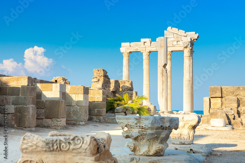 Foto Ruins of the Temple of Apollo in Side in a summer day, Antalya, Turkey