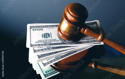 Foto Judge gavel, dollars for business, finance, corruption, money, financial crimes