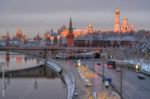 Carta da parati Sunrise view of Moscow Kremlin, embankment of Moscow River in Moscow, Russia
