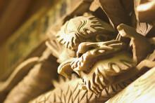 神社の龍の木彫りの彫刻の飾り