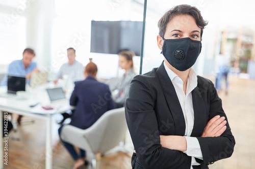 Selbstbewusste Business Frau mit Mundschutz