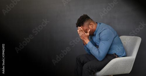 Verzweifelter afrikanischer Geschäftsmann
