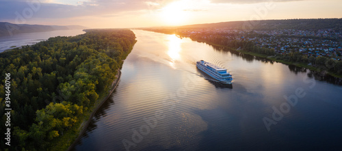 Fotografia Panorama of the cruise ship moving on the river of Volga towards Samara city in