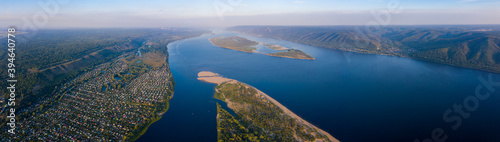 Papel de parede Aerial panorama of the river of Volga and Zhiguli Mountains near the city of Sam