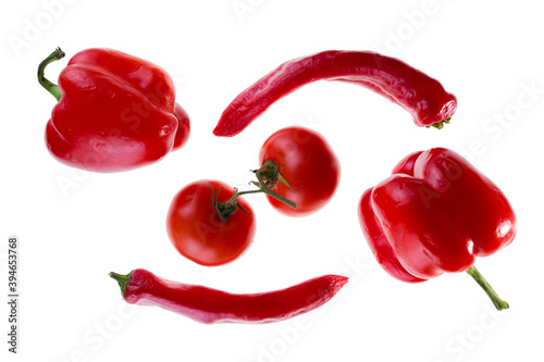 Fotografia red sweet peppers, hot chili peppers and tomatoes on a branch