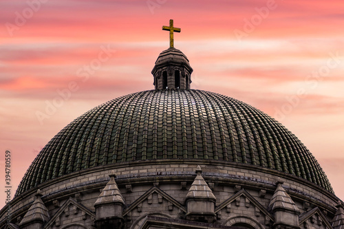 Fotografiet Cathedral Basilica of Saint Louis dome shot at sunset with bright colors